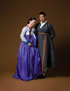 A woman wearing a short, tight-fitting jeogori (jacket) and a plump chima (skirt) / A man in durumagi (traditional topcoat) (Source: Han Style)