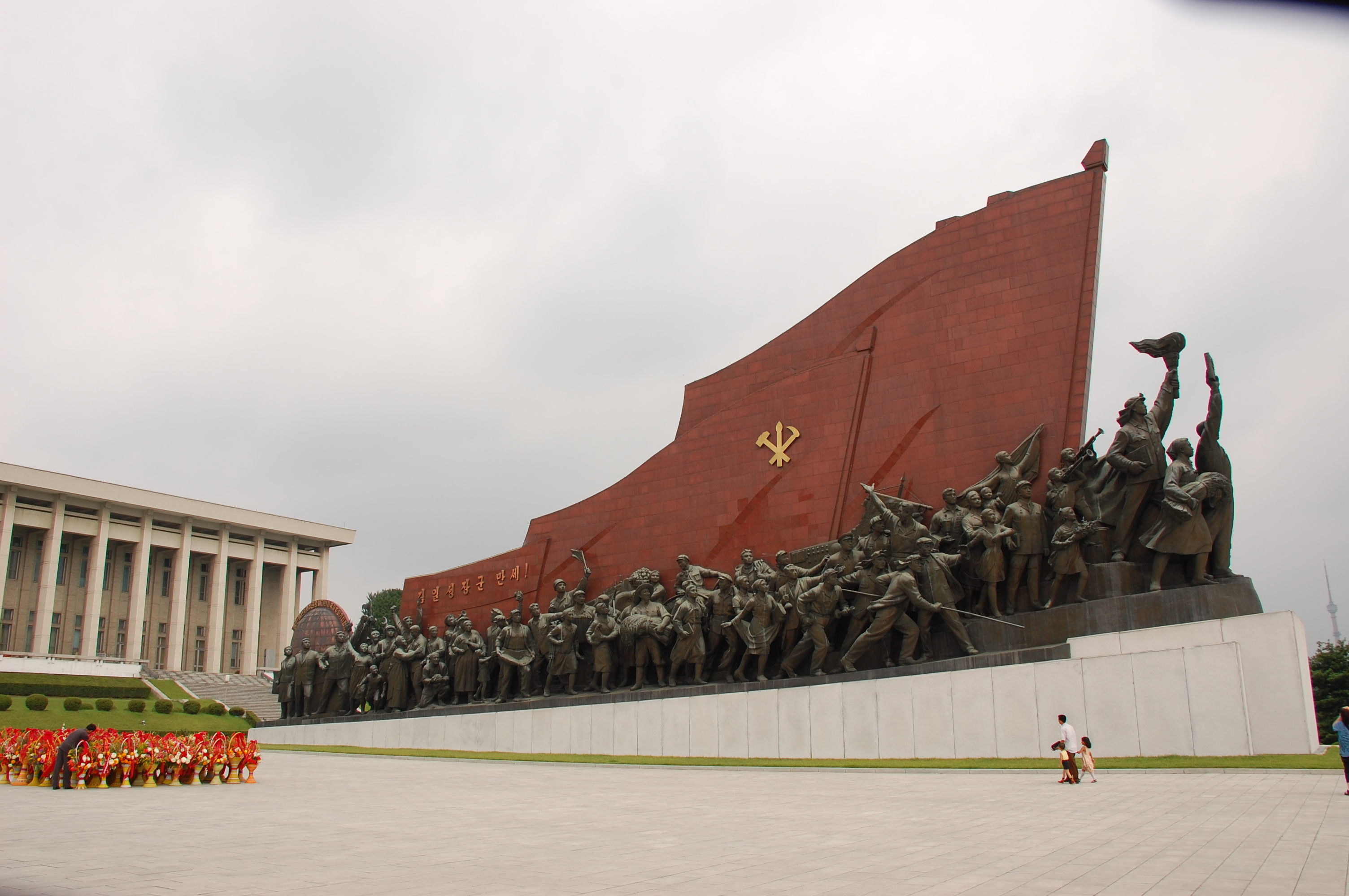 A monument in Pyongyang, North Korea https://flic.kr/p/2yKv49